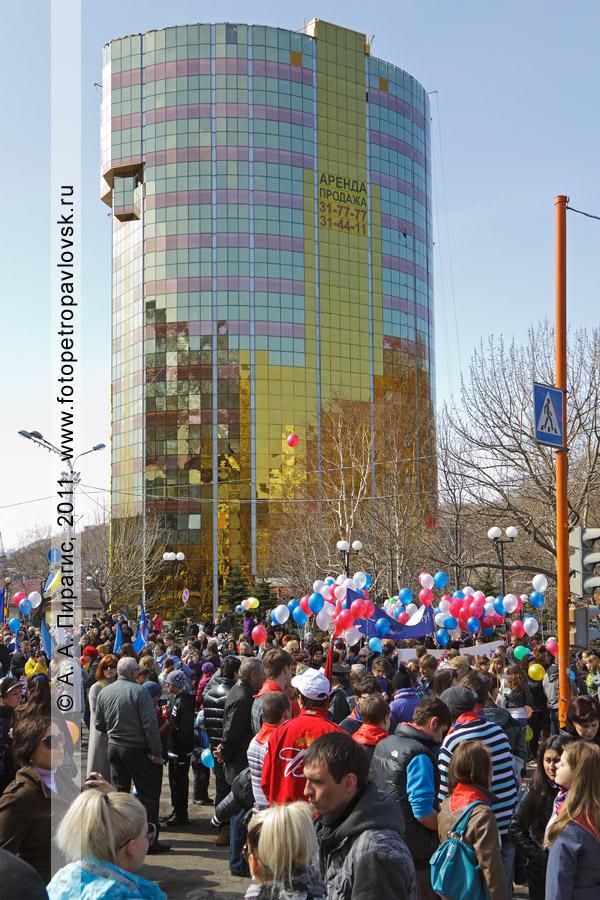 Фотография: 1 Мая — Праздник Весны и Труда. На заднем плане — небоскреб Петропавловска-Камчатского.