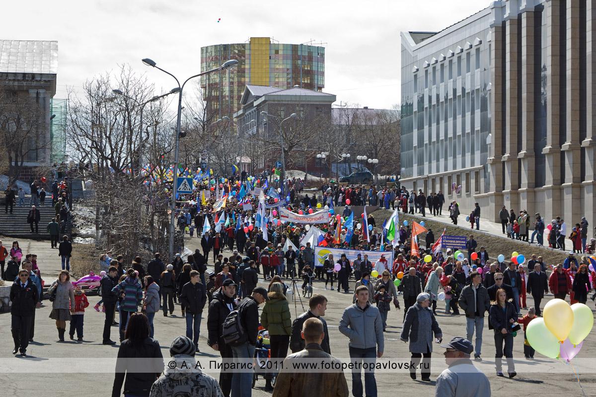 Фотография: 1 Мая на Камчатке. Праздничная первомайская демонстрация на улице Ленинской в городе Петропавловске-Камчатском