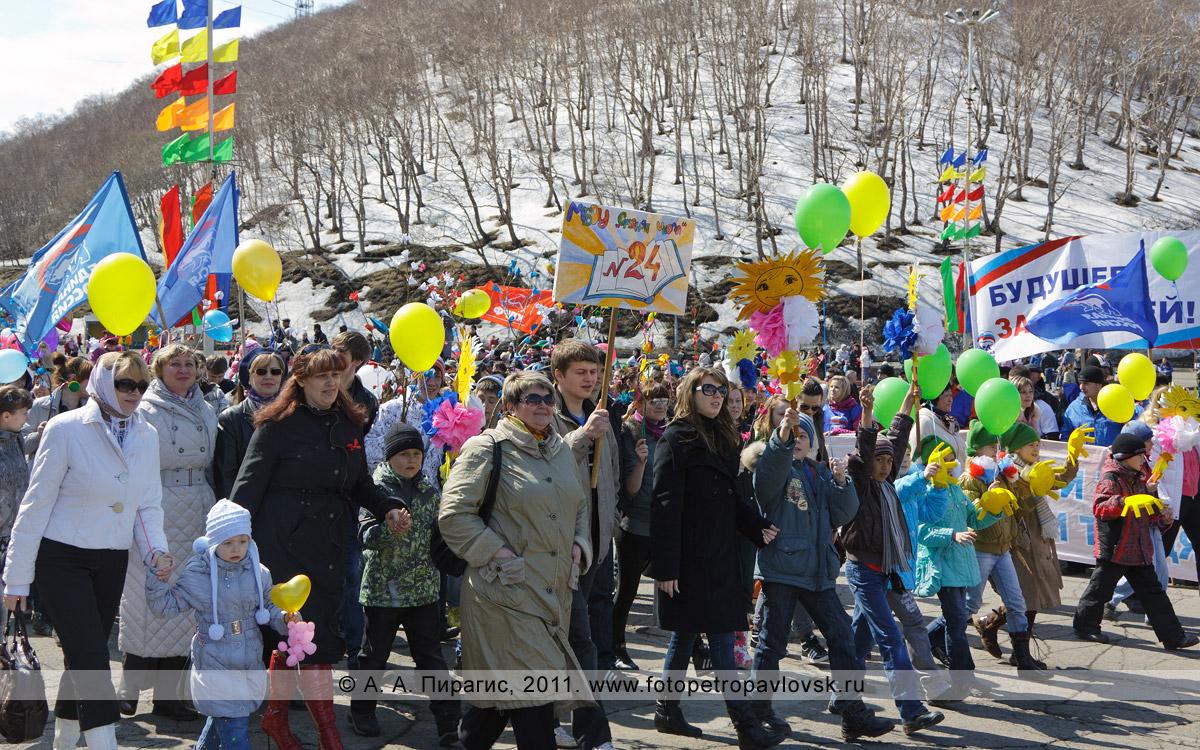Фотография: праздничная первомайская колонна средней школы № 24 города Петропавловска-Камчатского. Площадь имени В. И. Ленина