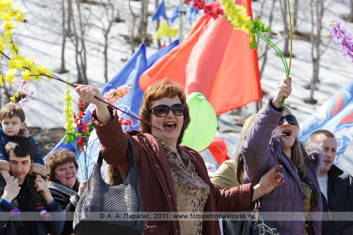 Фотография: участники праздничной демонстрации в городе Петропавловске-Камчатском, посвященной Празднику Весны и Труда — 1 Мая