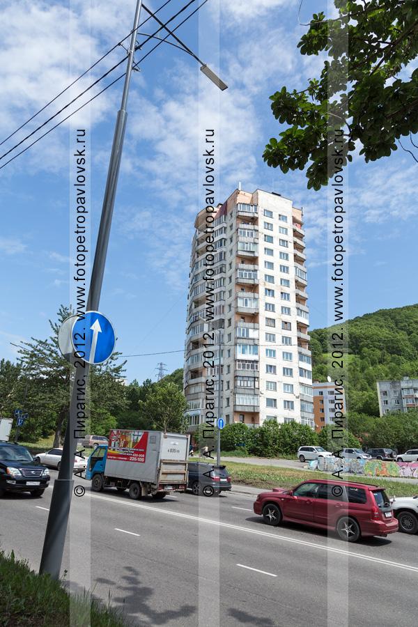 Фотография: шестнадцатиэтажное здание в городе Петропавловске-Камчатском