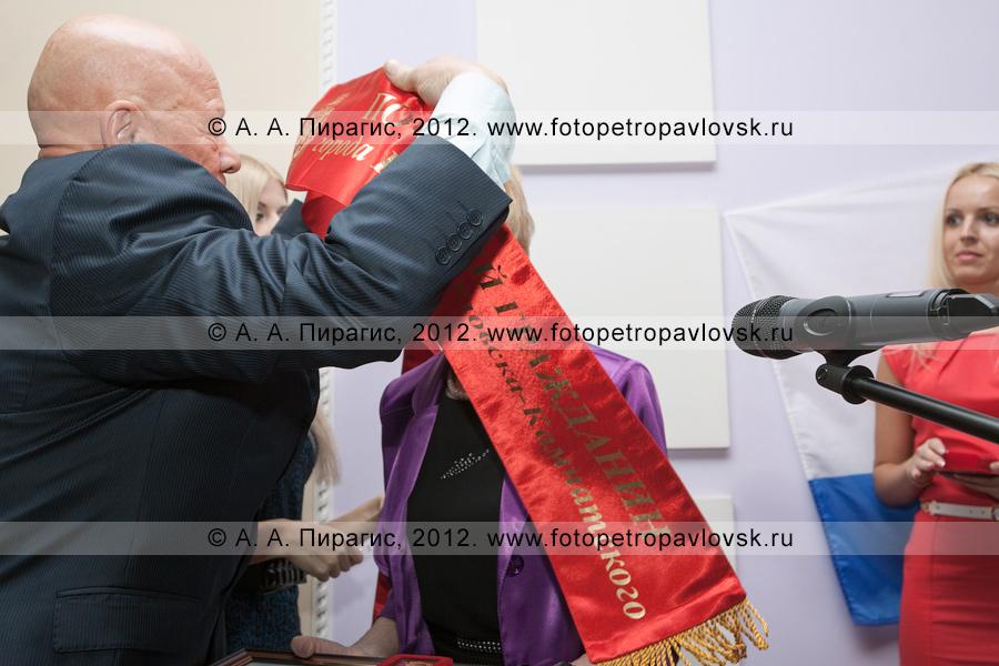 Фотография: торжественная церемония награждения нового почетного гражданина Петропавловска-Камчатского — Селянгиной Светланы