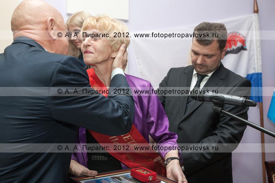 Фотография: торжественная церемония награждения нового почетного гражданина Петропавловска-Камчатского — Селянгиной Светланы в День рождения города Петропавловска-Камчатского