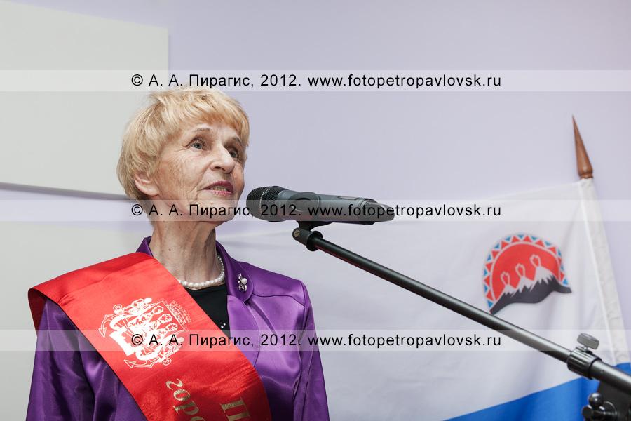 Фотография: у микрофона — Селянгина Светлана — почетный гражданин Петропавловска-Камчатского