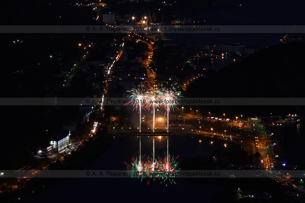 Фотография: праздничный фейерверк в городе Петропавловске-Камчатском в День образования Камчатского края