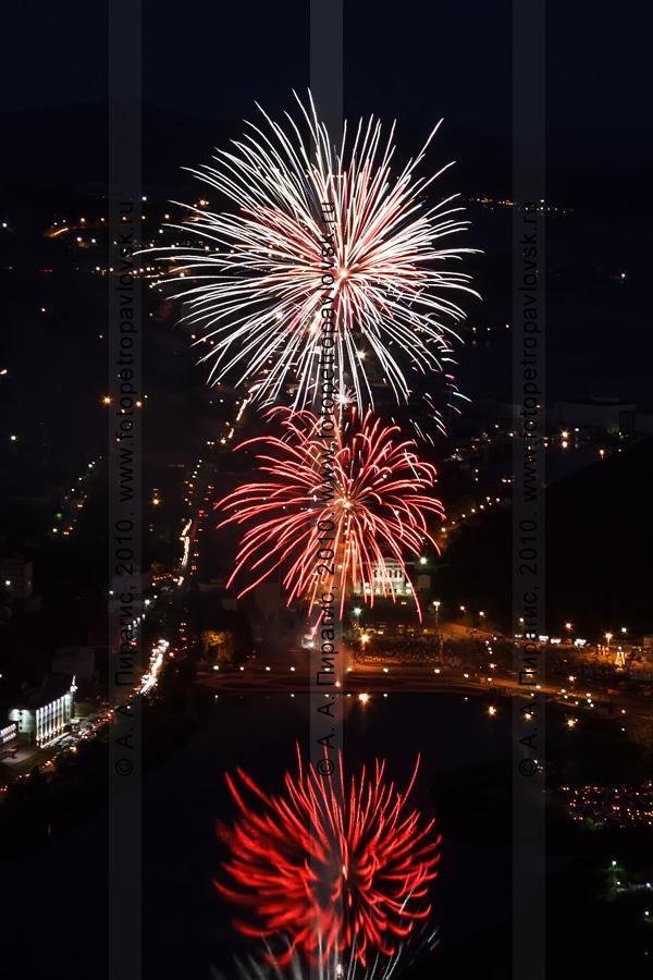 Фотография: праздничный салют в столице Камчатского края — Петропавловске-Камчатском в День образования Камчатского края