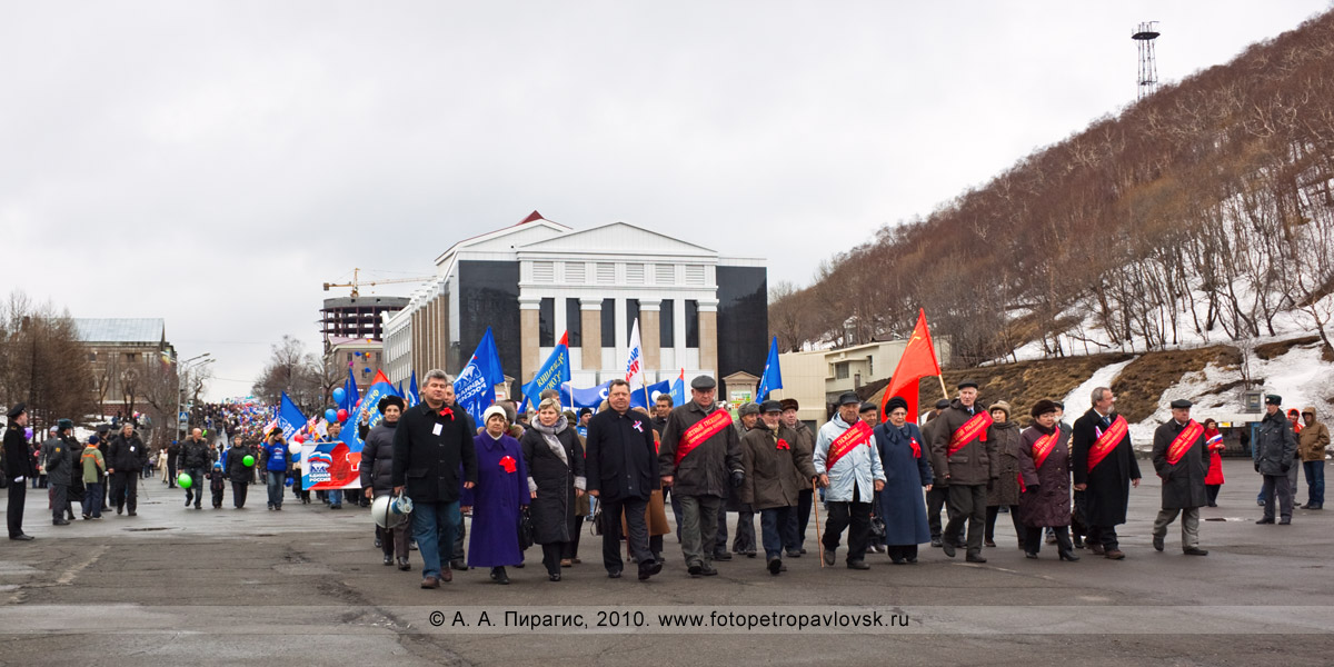 Фотография: головная колонна на праздничной первомайской демонстрации в городе Петропавловске-Камчатском