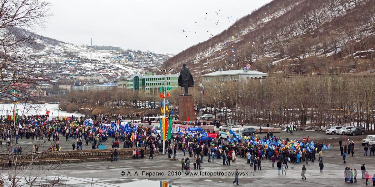 Фотография: празднование 1 Мая на площади Ленина в городе Петропавловске-Камчатском