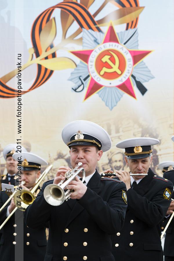 Фотография: музыканты военного оркестра на митинге 22 июня, в День памяти и скорби. Парк Победы в городе Петропавловске-Камчатском