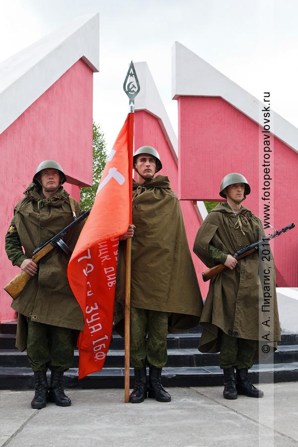 Фотография: почетный караул у мемориала памяти камчатцев, погибших во Второй мировой войне. 22 июня, Петропавловск-Камчатский, парк Победы