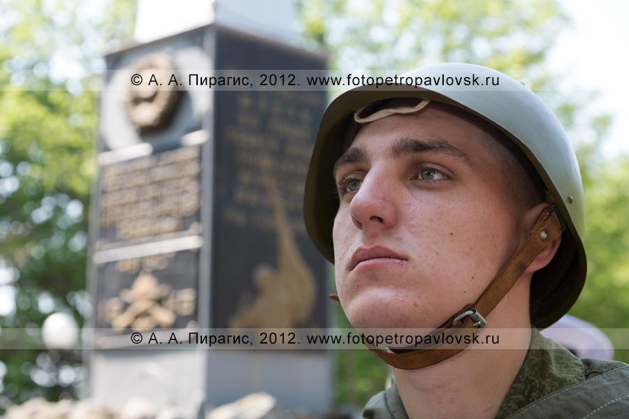 Фотография: солдат почетного караула у памятника воинам Советской армии — освободителям Курильских островов в 1945 году