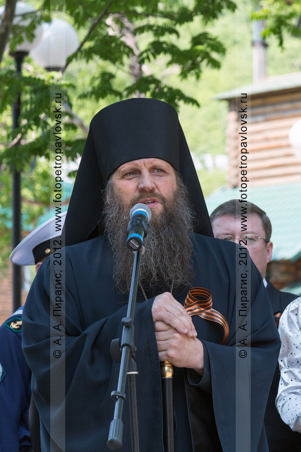 Фотография: митинг 22 июня, в День памяти и скорби. У микрофона — епископ Петропавловский и Камчатский Артемий (Снигур)
