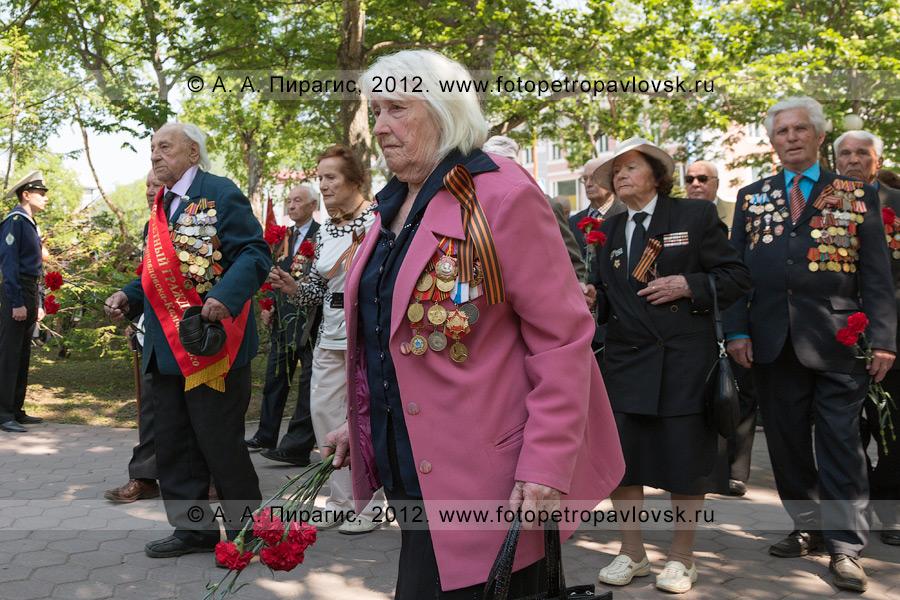 Фотография: 22 июня — День памяти и скорби. Ветераны возлагают цветы к памятнику воинам Советской армии — освободителям Курильских островов