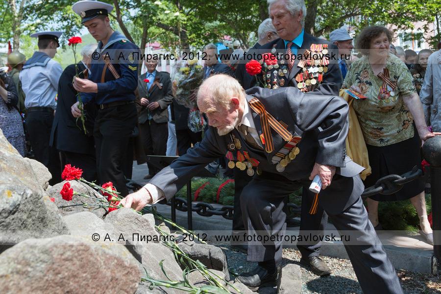 Фотография: возложение цветов к памятнику воинам Советской армии — освободителям Курильских островов в 1945 году. 22 июня — День памяти и скорби