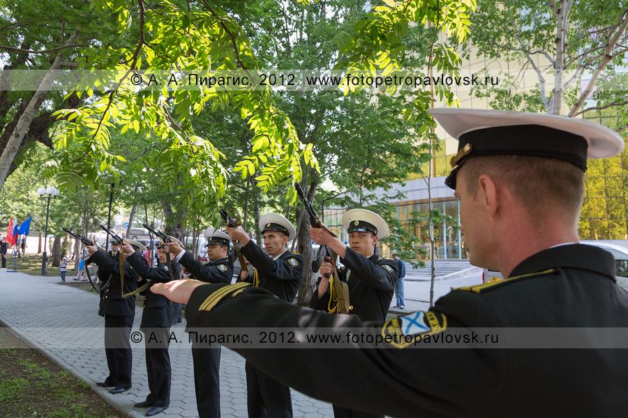 """Фотография: """"К залпу товсь!"""" День памяти и скорби. Сквер Свободы, Петропавловск-Камчатский"""