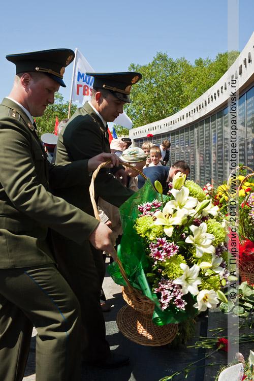Фотография: 22 июня — День памяти и скорби в Петропавловске-Камчатском. Военнослужащие возлагают цветы к мемориалу памяти погибших камчатцев