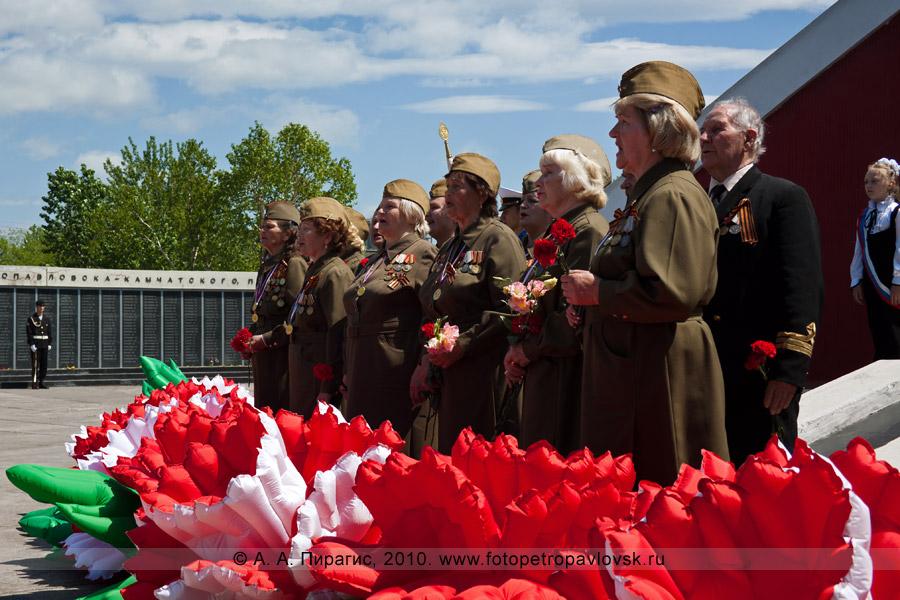 Фотография: 22 июня — День памяти и скорби в Петропавловске-Камчатском. Поет хор ветеранов Великой Отечественной войны