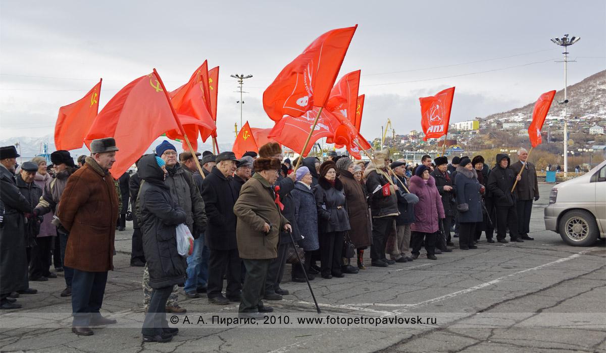 Фотография: митинг, посвященный годовщине Октябрьской революции, на площади Ленина в центре Петропавловска-Камчатского
