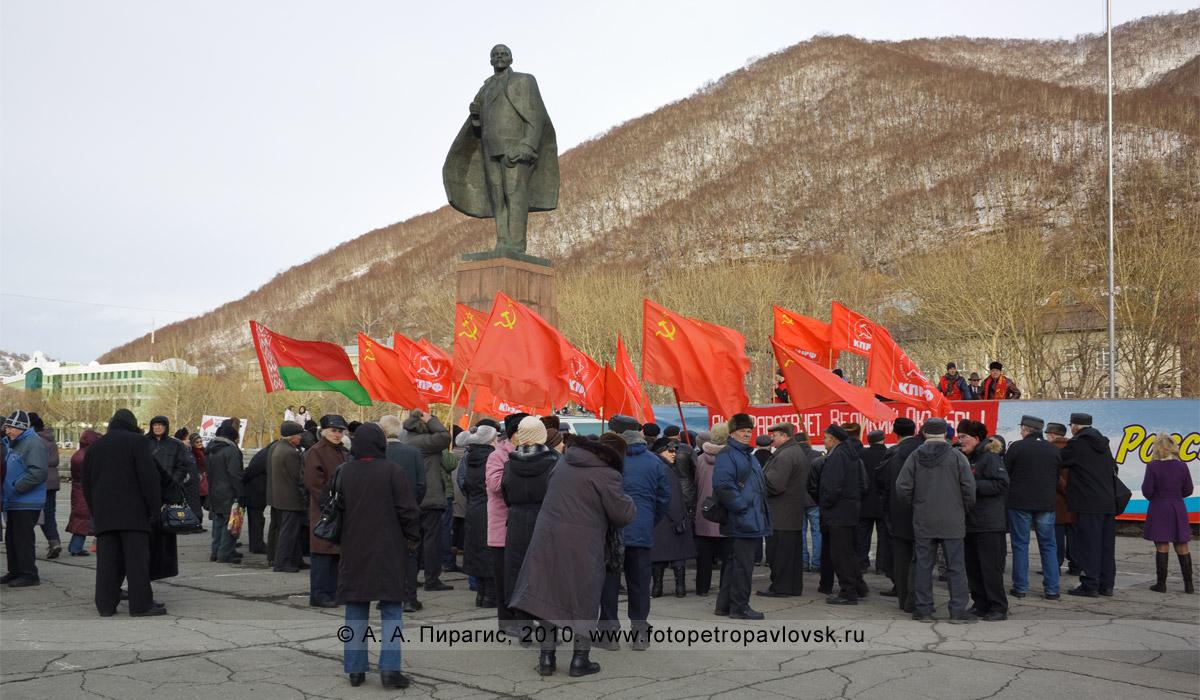 Фотография: 7 ноября — праздничный митинг у памятника В. И. Ленину в столице Камчатского края