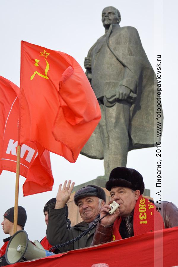 Фотография: у микрофона лидер коммунистов Камчатского края Михаил Смагин. Митинг 7 ноября у памятника Ленину в Петропавловске-Камчатском