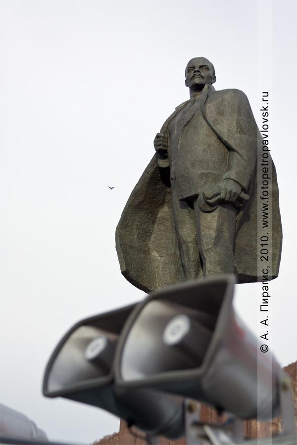 Фотография: памятник Владимиру Ильичу Ленину на площади Ленина в столице Камчатского края — городе Петропавловске-Камчатском