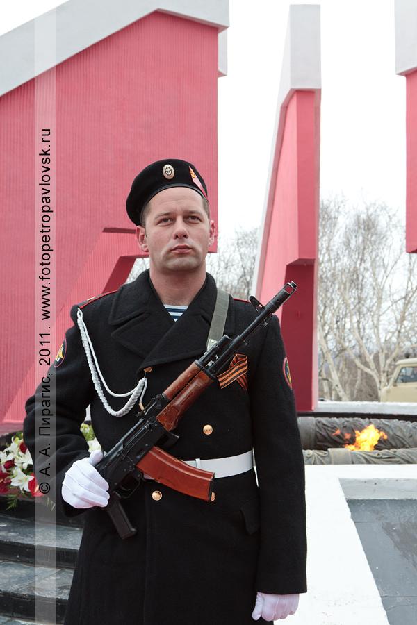 Фотография: 9 Мая — День Победы. Почетный караул у мемориала памяти камчатцев, погибших во Второй мировой войне (город Петропавловск-Камчатский)