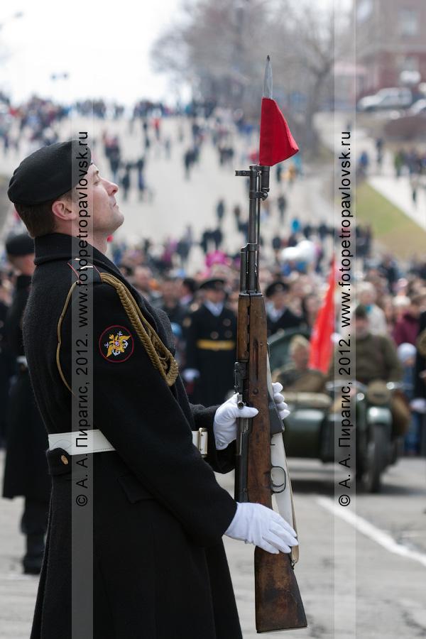 Фотография: почетный караул на площади Ленина в День Победы