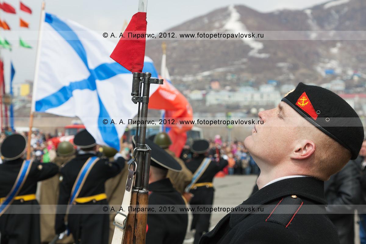 Фотография: почетный караул во время прохождения войск Петропавловск-Камчатского гарнизона по площади Ленина в День Победы