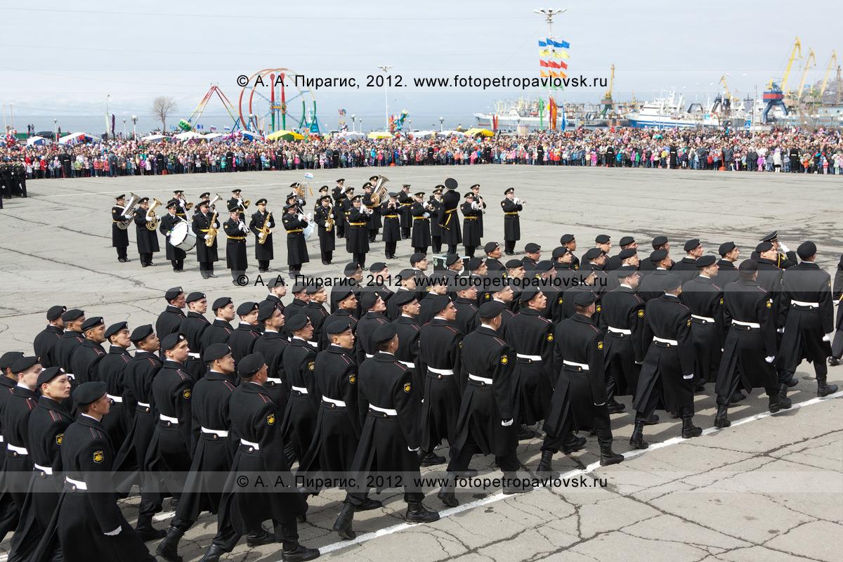 Фотография: День Победы, торжественное шествие войск Петропавловск-Камчатского гарнизона на площади Ленина