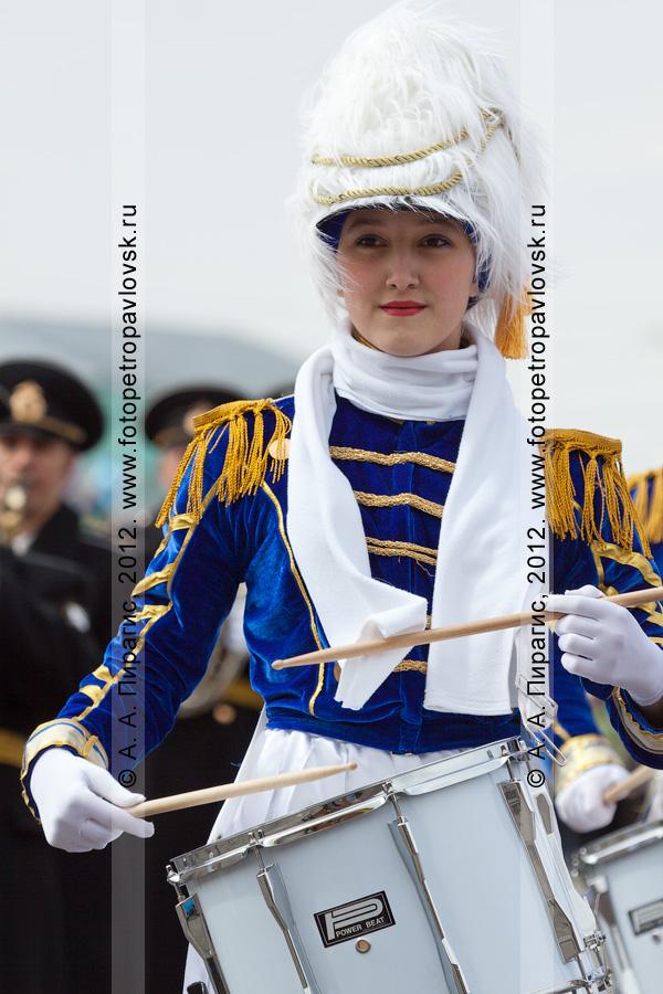 Фотография: симпатичная девушка-барабанщик. Празднование Дня победы в городе Петропавловске-Камчатском