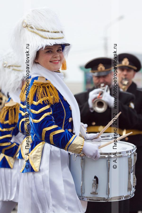 Фотография: симпатичная девушка-барабанщик. Празднование Дня победы в столице Камчатского края