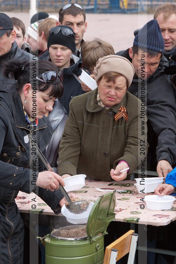 Фотография: солдатская каша из полевой кухни. Празднование 9 Мая в Петропавловске-Камчатском