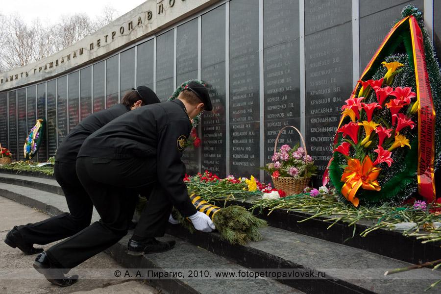 Фотография: 9 Мая, Петропавловск-Камчатский. Торжественное возложение венков. Мемориал памяти камчатцев, погибших во Второй мировой войне