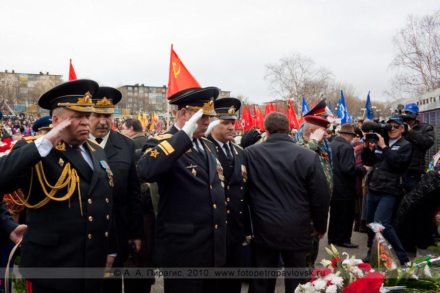 Фотография: 9 Мая, Петропавловск-Камчатский. Дань памяти погибшим и возложение цветов у Мемориала памяти камчатцев, погибших во Второй мировой войне