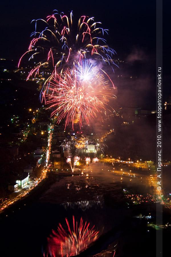 Фотография: праздничный салют на 9 Мая в Петропавловске-Камчатском. Праздничный салют в честь юбилея Победы в Великой Отечественной войне