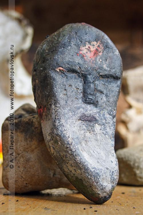"""Фотография: изображение лица ительмена на камне. Ительменская деревня """"Пимчах"""" на Камчатке"""