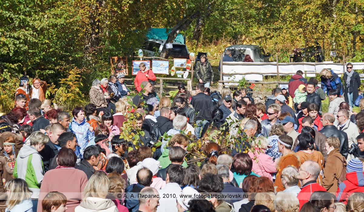 """Фотография: жители Камчатки и гости полуострова Камчатка проходят через священные ворота из березы. Пройти через ворота должны все присутствующие на ительменском обряде очищения. Ительменский праздник """"Алхалалалай"""" на Камчатке"""