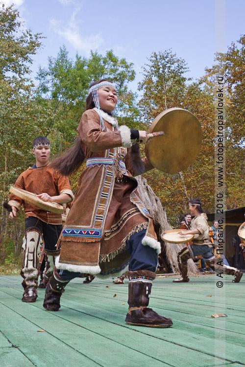 """Фотография: выступает ансамбль этнического танца """"Нургэнек"""". Ительменский праздник """"Алхалалалай"""""""