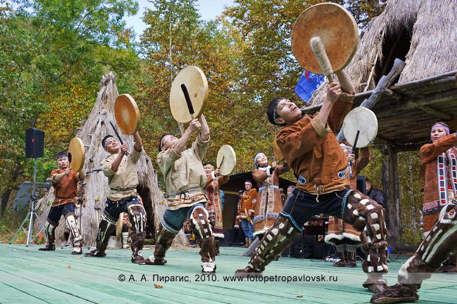"""Фотография: выступление коллектива этнического танца """"Нургэнек"""". Ительменский обрядовый праздник """"Алхалалалай"""" на Камчатке"""