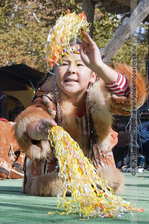 """Фотография: участница коллектива этнического танца """"Лаччах"""". Ительменский праздник """"Алхалалалай"""" на Камчатке"""