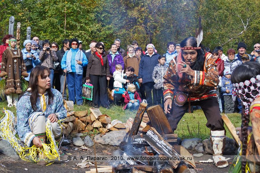 """Фотография: обряд очищения. Проводит обряд ительмен Борис Жирков. Ительменский праздник благодарения природе """"Алхалалалай"""""""