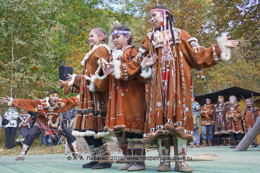 """Фотография: на сцене выступают коллективы этнического танца """"Лач"""" и """"Лаччах"""". Ительменский обрядовый праздник """"Алхалалалай"""" на Камчатке"""