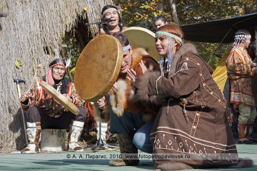 """Фотография: выступление ительменского ансамбля этнического танца """"Эльвель"""". Ительменский обрядовый праздник благодарения природе """"Алхалалалай"""" на Камчатке"""