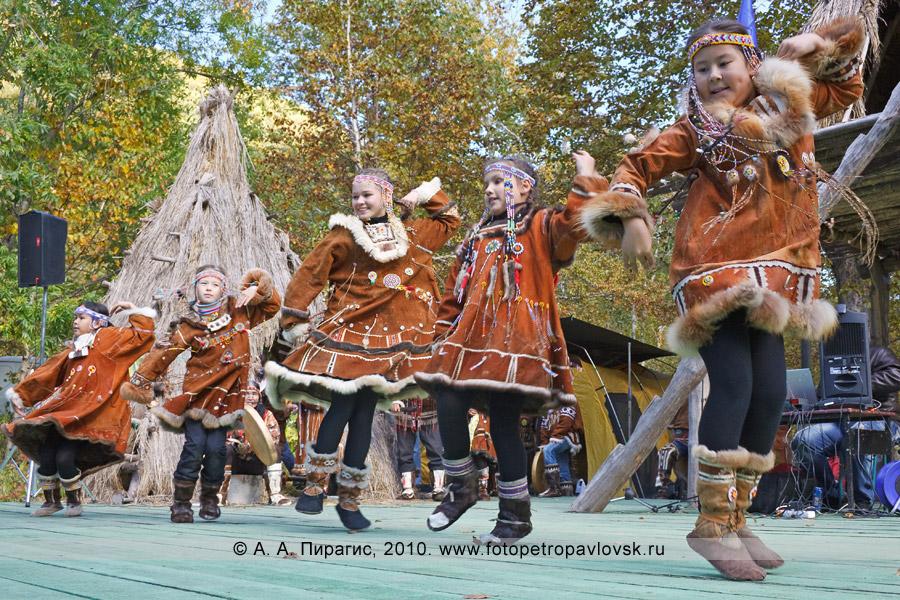 """Фотография: выступление ансамбля этнического танца """"Лаччах"""". Ительменский обрядовый праздник """"Алхалалалай"""" на Камчатке"""