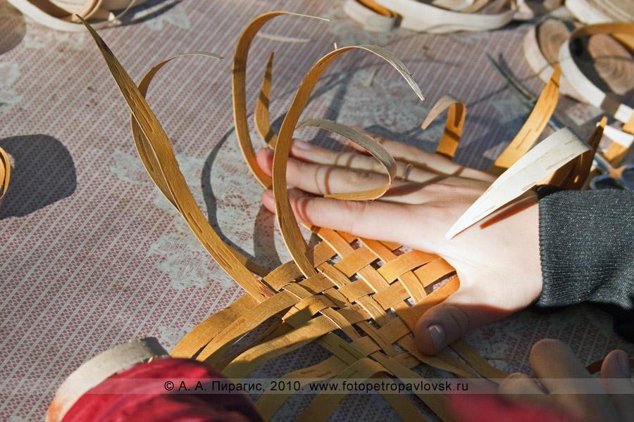 """Фотография: мастер-класс по плетению из бересты березы. Ительменский обрядовый праздник благодарения природе """"Алхалалалай"""""""