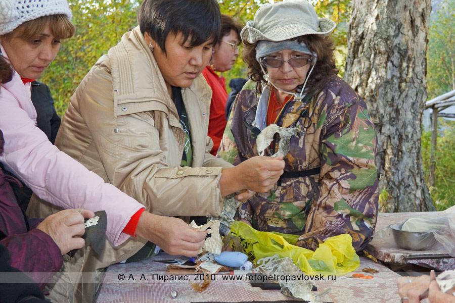 """Фотография: мастер-класс по обработке рыбьей кожи и изготовлению ительменских украшений из кожи рыбы. Ительменский праздник """"Алхалалалай"""" на полуострове Камчатка"""