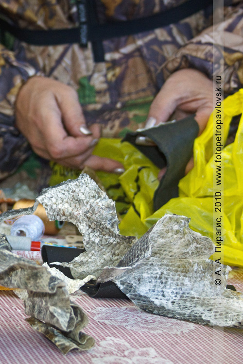 """Фотография: на мастер-классе по обработке рыбьей кожи и изготовлению украшений. Ительменский обрядовый праздник """"Алхалалалай"""" на Камчатке"""