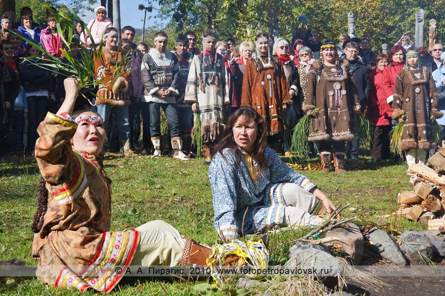 """Фотография: девушки с пучками травы """"лаутен"""" отгоняют от костра злых духов. Ительменский праздник благодарения природе """"Алхалалалай"""" на Камчатке"""