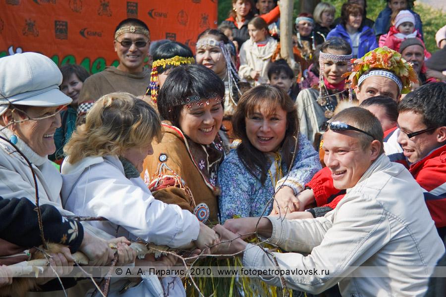 """Фотография: перетягивание березы во время проведения ительменского обряда очищения. Праздник """"Алхалалалай"""""""
