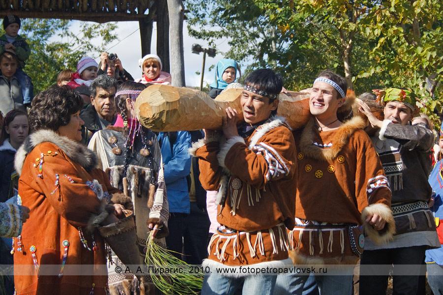 Фотография: Участники ительменского обряда очищения несут Хантай (фигура Бога лососевых рыб, вырубленная из ствола дерева). Ительменские мужчины носят деревянного идола по кругу, чтобы каждый смог сделать подношение в виде монетки или кусочка пищи